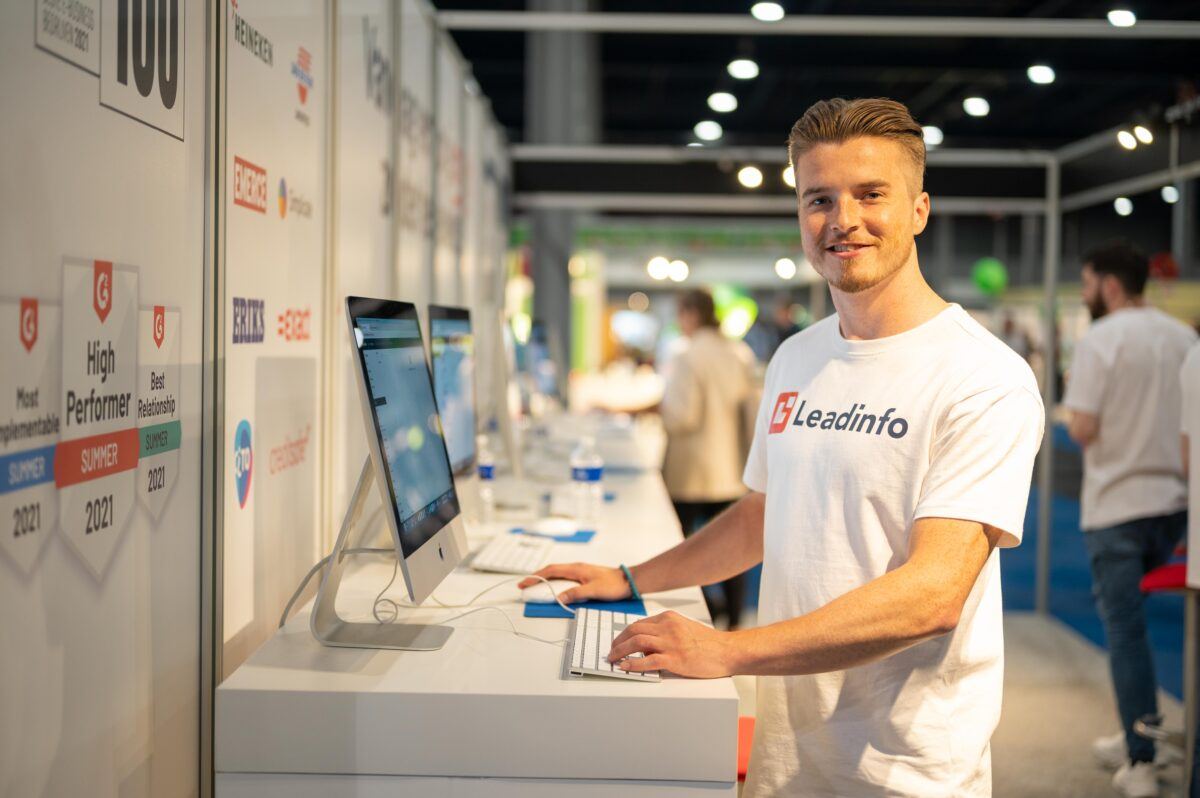 Beau standing proudly at a Leadinfo stand